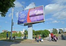 Kaliningrado, Rusia Una bandera con el ` de la inscripción vive un ` del gran juego en el banco del lago Nizhny El mundial de la  Fotos de archivo