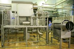 KALINKOVICHI, ΛΕΥΚΟΡΩΣΙΑ - 22 Σεπτεμβρίου 2011: Συνδυάστε για την παραγωγή του τυριού Μηχανές, μηχανισμοί και εξοπλισμός Στοκ Φωτογραφία