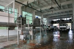 KALINKOVICHI, БЕЛАРУСЬ - 22-ое сентября 2011: Зернокомбайн для обрабатывать молоко Машины, механизмы и оборудование стоковые фотографии rf