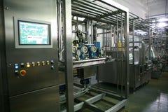 KALINKOVICHI, БЕЛАРУСЬ - 22-ое сентября 2011: Зернокомбайн для обрабатывать молоко Машины, механизмы и оборудование стоковые изображения