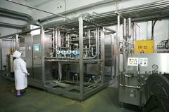 KALINKOVICHI, БЕЛАРУСЬ - 22-ое сентября 2011: Зернокомбайн для обрабатывать молоко Машины, механизмы и оборудование стоковые фото