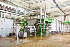 KALINKOVICHI, БЕЛАРУСЬ - 22-ое сентября 2011: Зернокомбайн для обрабатывать молоко Машины, механизмы и оборудование стоковое изображение rf