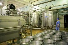 KALINKOVICHI, WEISSRUSSLAND - 22. September 2011: Mähdrescher für die Produktion des Käses Maschinen, Mechanismen und Ausrüstung Stockfotografie