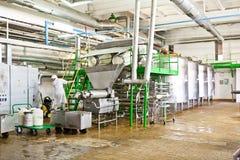 KALINKOVICHI, WEISSRUSSLAND - 22. September 2011: Mähdrescher für die Verarbeitung von Milch Maschinen, Mechanismen und Ausrüstun Lizenzfreie Stockfotografie
