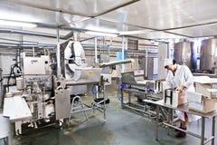 KALINKOVICHI, WIT-RUSLAND - September 22, 2011: Combineer voor verwerkingsmelk Machines, mechanismen en materiaal stock fotografie