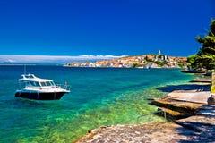 Kalistrand en boot op turkooise overzees stock afbeeldingen