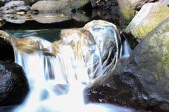 Kaliurang-rivier waterstroom op super langzame blindsnelheid stock foto