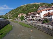 Kaljaja-Festung am Gipfel, wie von Lumbardhi-Fluss, alte Stadt Prizren, Kosovo gesehen lizenzfreies stockfoto