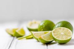 Kalk auf hölzernem Hintergrund der weißen Weinlese - schneiden Sie und schneiden Sie reife grüne tropische Zitrusfrucht Stockbild
