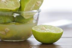 Kalk met vers gedrukt citroensap stock afbeelding