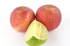 Kalk und Apfel lokalisiert auf Weiß Lizenzfreies Stockfoto