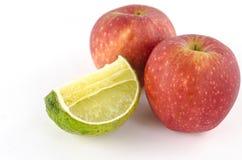 Kalk und Apfel lokalisiert auf Weiß Stockfotografie