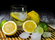 Kalk und Zitrone spritzen mit Eis und etwas Detoxwasser stockfoto