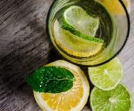 Kalk und Zitrone spritzen mit Eis und etwas Detoxwasser lizenzfreie stockbilder