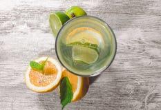 Kalk und Zitrone spritzen mit Eis und etwas Detoxwasser stockfotos