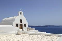 Kalkad kyrka på ön av Santorini, Grekland royaltyfria foton
