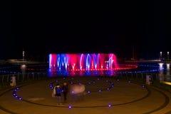 Kalkara,马耳他- 2015年7月17日, :在夜间的唱歌喷泉在聪明的城市马耳他, Kalkara,马耳他海岛,欧洲 五颜六色的founta 免版税图库摄影