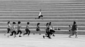 KALKARA, МАЛЬТА - 11-ОЕ ЯНВАРЯ: тренировка группы людей в Kalkara, Мальте 11-ого января 2015 Тренировка женщины с руководителем в Стоковое Изображение