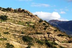 Kalkartad sedimentär sten, med brott Royaltyfri Foto