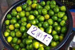 Kalke im Korb am Markt stockfoto
