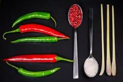 Kalke und Minzen-, Rote und Grünepepperonis für die Küche Stockfotos