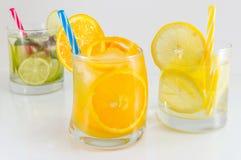 Kalken Sie alkoholische Cocktails der Frucht nicht für Sommererfrischung lizenzfreie stockfotos