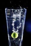 Kalken Sie das Spritzen in ein Wasser stockbilder