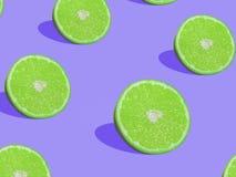 Kalken Sie Scheiben auf purpurrotem Hintergrund, Pop-Arten-Art Lizenzfreies Stockfoto