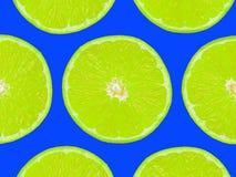 Kalken Sie Scheiben auf purpurrotem Hintergrund, Pop-Arten-Art Stockfoto