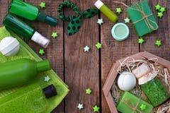 Kalken Sie tadellose Zusammensetzungsschönheits-Behandlungsprodukte in den grünen Farben: Shampoo, Seife, Badesalz, Tuch, Öl Vers stockfoto