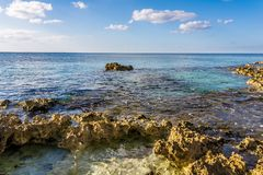 Kalkhaltige Felsen auf der Küstenlinie Stockfotografie