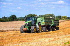 KALKHORST, DEUTSCHLAND, AM 16. AUGUST 2016: John Deere-Traktor mit zwei Stockbild