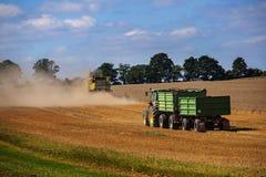 KALKHORST TYSKLAND, AUGUSTI 16, 2016: John Deere traktor med två royaltyfria bilder