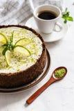 Kalkkäsekuchen mit Pfefferminz Käsekuchen mit Tasse Kaffee auf weißem Hintergrund Beschneidungspfad eingeschlossen stockbilder