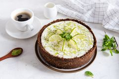 Kalkkäsekuchen mit Pfefferminz Käsekuchen mit Tasse Kaffee auf weißem Hintergrund Draufsicht, Kopienraum lizenzfreies stockfoto