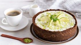 Kalkk?sekuchen mit Pfefferminz K?sekuchen mit Tasse Kaffee auf wei?em Hintergrund Weicher Fokus Kaffeehaus, S??igkeitenkonzept stockfotografie