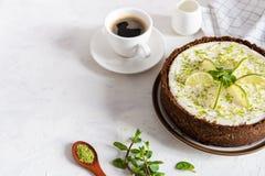 Kalkk?sekuchen mit Pfefferminz K?sekuchen mit Tasse Kaffee auf wei?em Hintergrund Weicher Fokus Kaffeehaus, S??igkeitenkonzept stockfoto