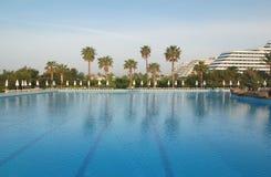 kalkon för simning för antalya hotellpöl arkivfoto