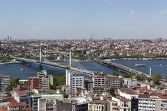 kalkon istanbul Sikten av centret och bron över det guld- hornet från Galata står högt Fotografering för Bildbyråer