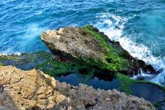 Kalksteen door de oceaan wordt en wordt geslikt geërodeerd die Stock Fotografie