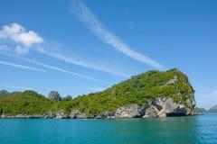 Kalksteenberg op het overzees in de blauwe zonnige dag van de hemelwolk Stock Foto