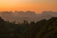 Kalksteenberg, rivier en bos op zonsondergangogenblik Stock Afbeelding