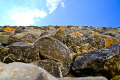 Kalksteenblokken tegen de hemel Stock Foto's