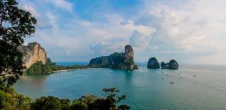 Kalksteeneiland in de baai van Krabi Ao Nang, Thailand royalty-vrije stock foto's