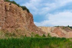 Kalksteenmijnbouw voor cementinstallatie stock afbeeldingen