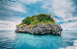 Kalksteenrots in de oceaan thailand Royalty-vrije Stock Fotografie