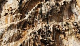 Kalksteenrots met sommige stalactieten Stock Afbeelding
