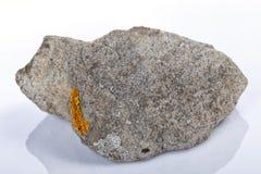 Kalksteenrots voor een deel door korstmos wordt gekoloniseerd dat royalty-vrije stock fotografie