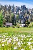 Kalkstein Adrspach-Felsenstadt und Steinbruchsee - Nationalpark von Lizenzfreies Stockbild