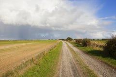 Kalkstein bridleway mit Regenbogen Lizenzfreie Stockbilder